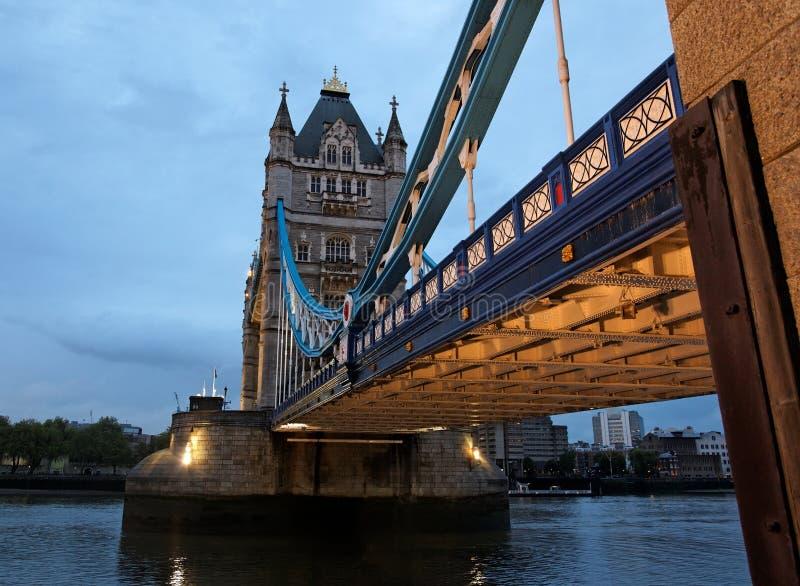 Kontrollturm-Brücke an der Dämmerung. London. Großbritannien. lizenzfreies stockbild