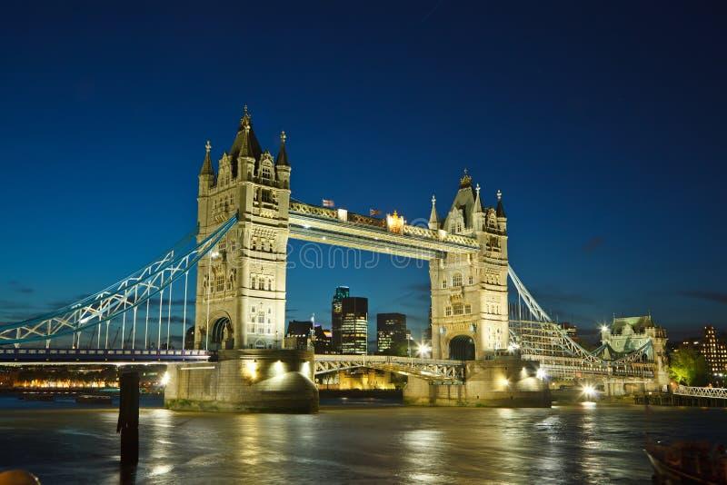 Kontrollturm-Brücke nachts stockfoto