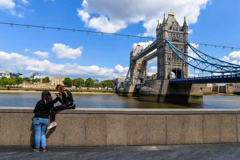 Kontrollturm-Br?cke und Tower von London lizenzfreies stockfoto