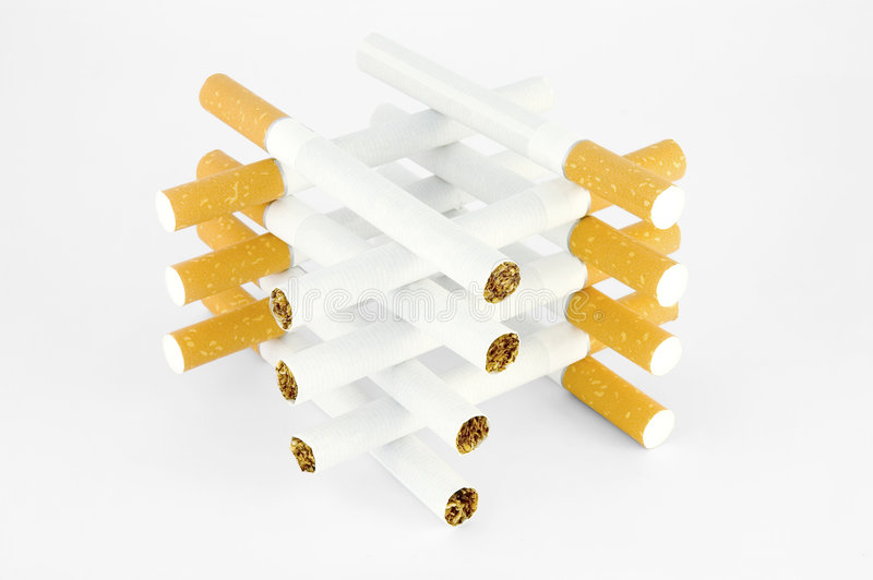 Kontrollturm der Zigaretten, über Weiß lizenzfreie stockfotos