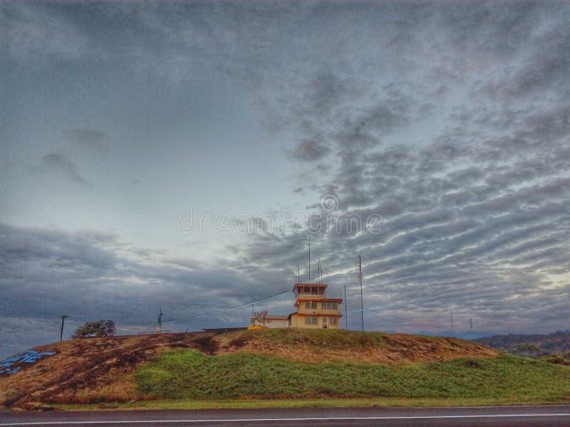 Kontrollturm am Hügel stockfotos