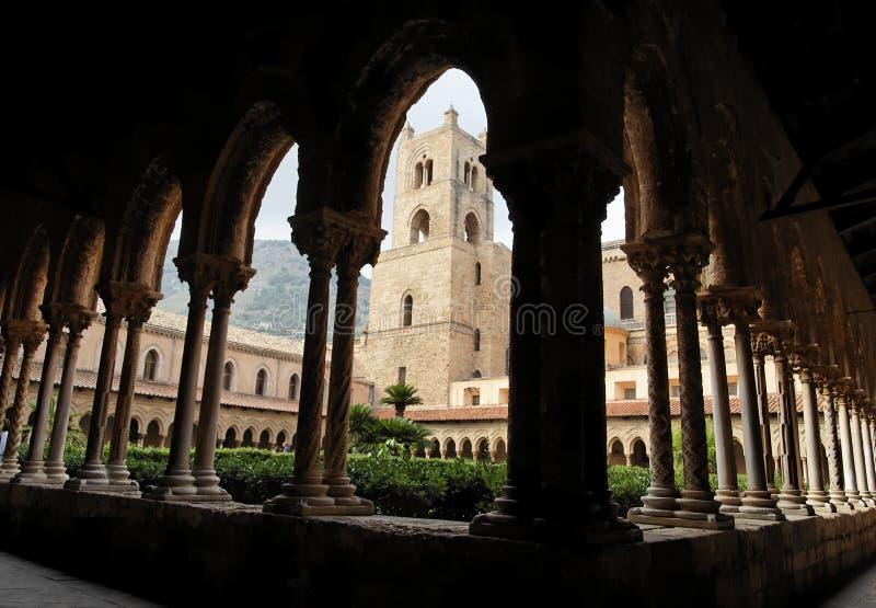 Kontrollturm und Spalten am Kloster der Monreale Kathedrale stockfoto