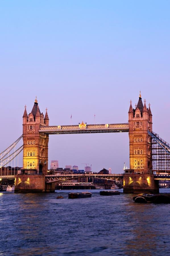 Kontrollturmbrücke in London an der Dämmerung lizenzfreie stockfotos