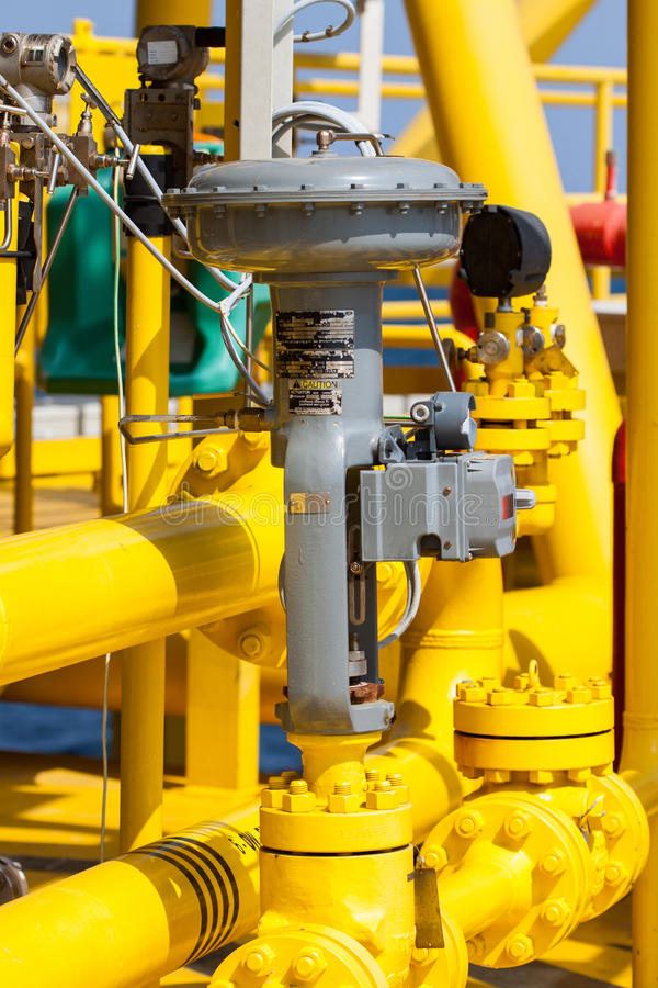 Kontrollventil eller tryckregulator i fossila bränslenprocess arkivfoton