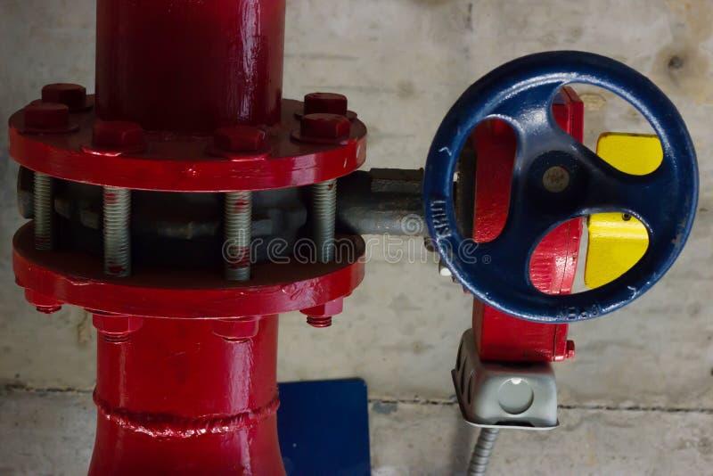 Kontrolne klapy, Wodny fajczany system Instalacja wodne drymby w budynku zdjęcia royalty free