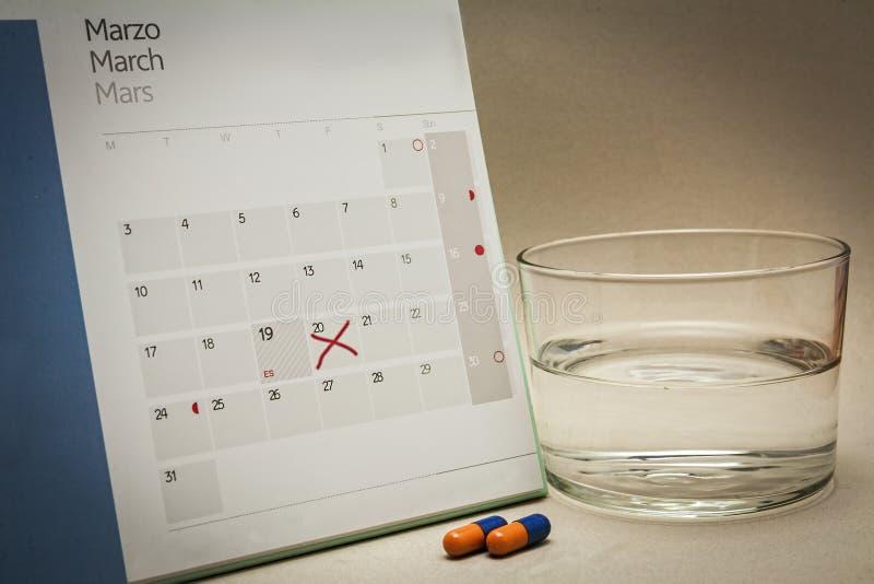 Kontrolne pigułki na kalendarzu zdjęcia stock