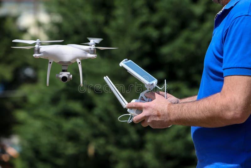 Kontrolować dalekiego śmigłowcowego trutnia Trutnia lota pilota contr fotografia royalty free