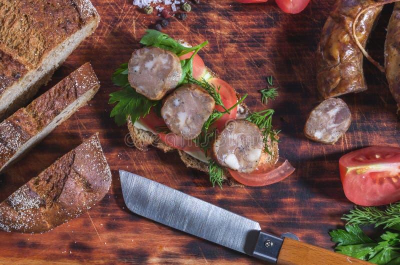 Kontroluje ostrego nóż w kuchni Produkty w kuchni zdjęcie royalty free