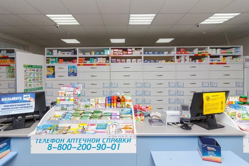 kontuar, gabinety z medycynami i inni towary w apteka sklepie w Adygea zdjęcie stock