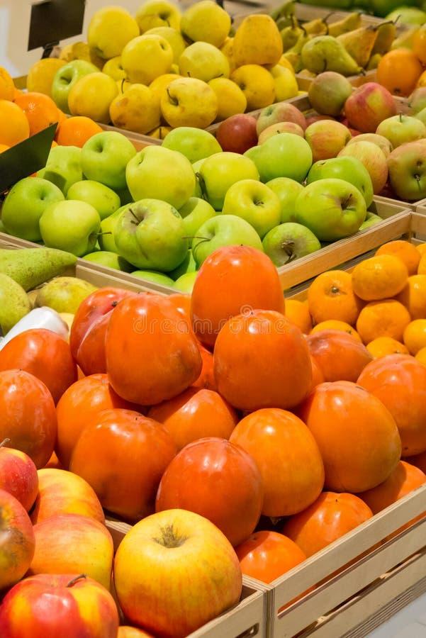 Kontuar z owocowym persimmon zdjęcia royalty free
