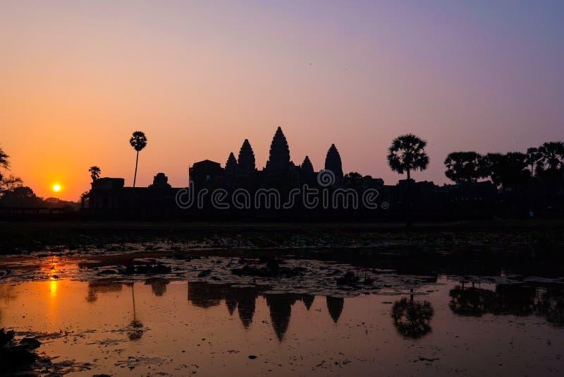 Kontur Angkor Wat Temple med resningsolen royaltyfri foto