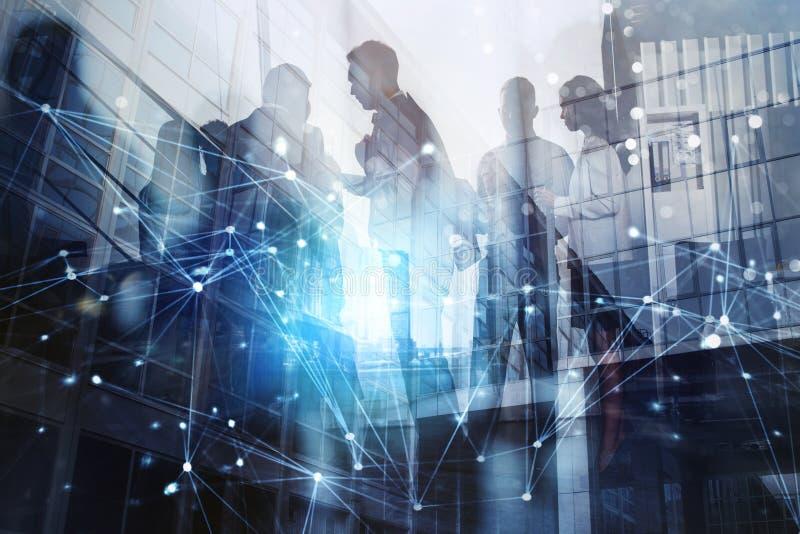 Kontur av affärsfolk som tillsammans i regeringsställning arbetar Begrepp av teamwork och partnerskap dubbel exponering med arkivfoto