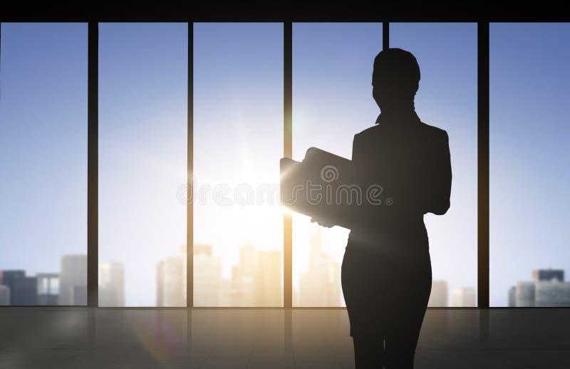 Kontur av affärskvinnan med mappar vektor illustrationer