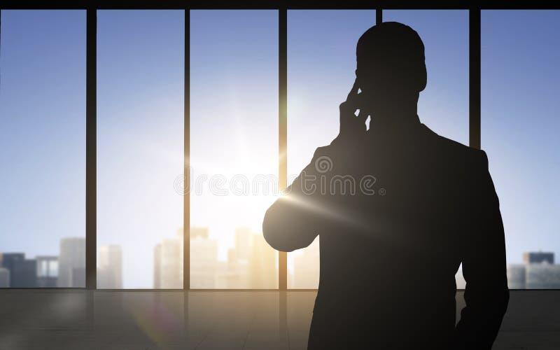 Kontur av affärsmannen som kallar på smartphonen stock illustrationer