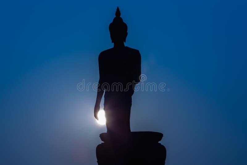 Kontur av att stå den stora Buddhastatyn under skymningtid fotografering för bildbyråer