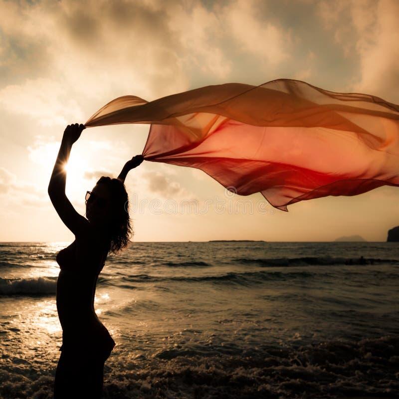 Kontur av banhoppningen för ung kvinna på stranden royaltyfri fotografi