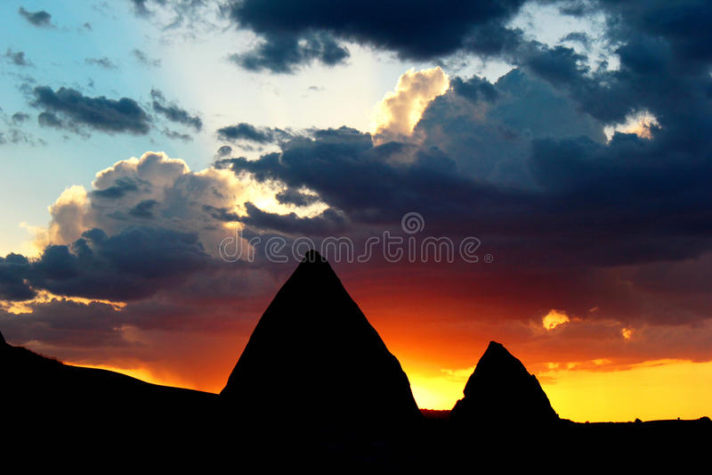 Kontur av berg mot härlig solnedgånghimmel och moln i Cappadocia, Turkiet royaltyfria bilder