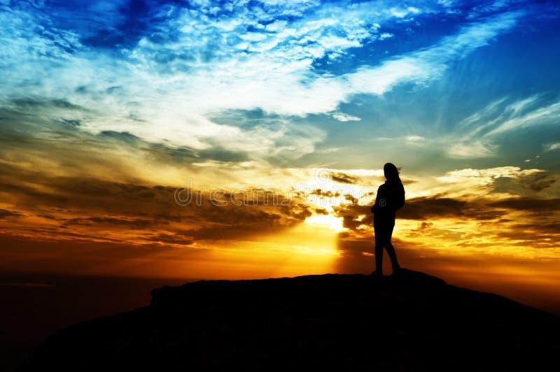 Kontur av berget för kvinnaframgång överst på solnedgången som är selektiv royaltyfria foton