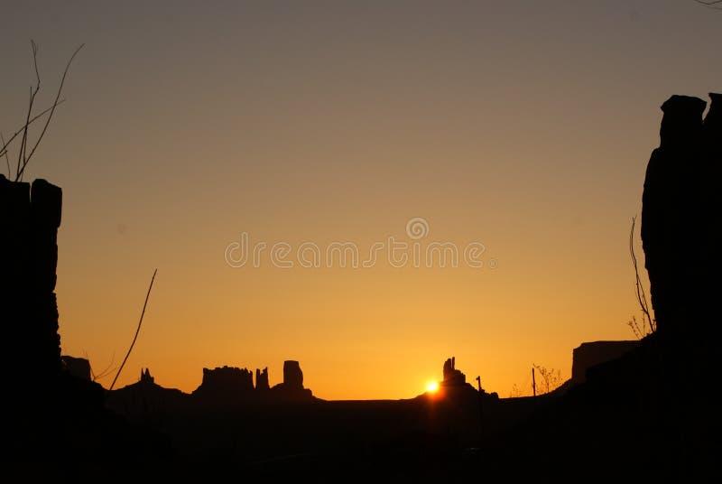 Kontur av buttes mot solnedgång royaltyfri bild