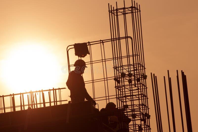 Kontur av byggnadsarbetaren royaltyfria bilder