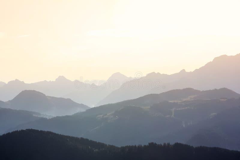 Kontur av de blåa bergen i dimman royaltyfri foto