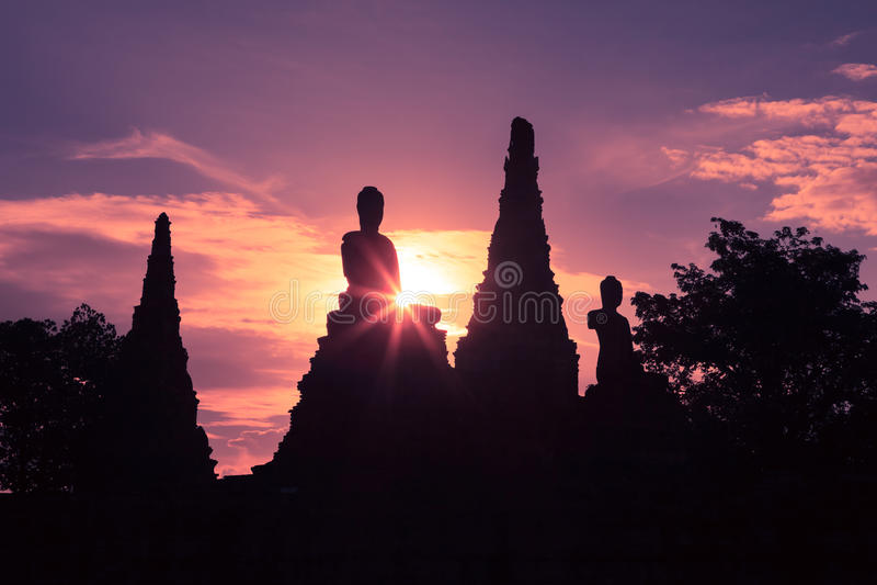 Kontur av den Buddhastatyn och stupaen i templet arkivfoto