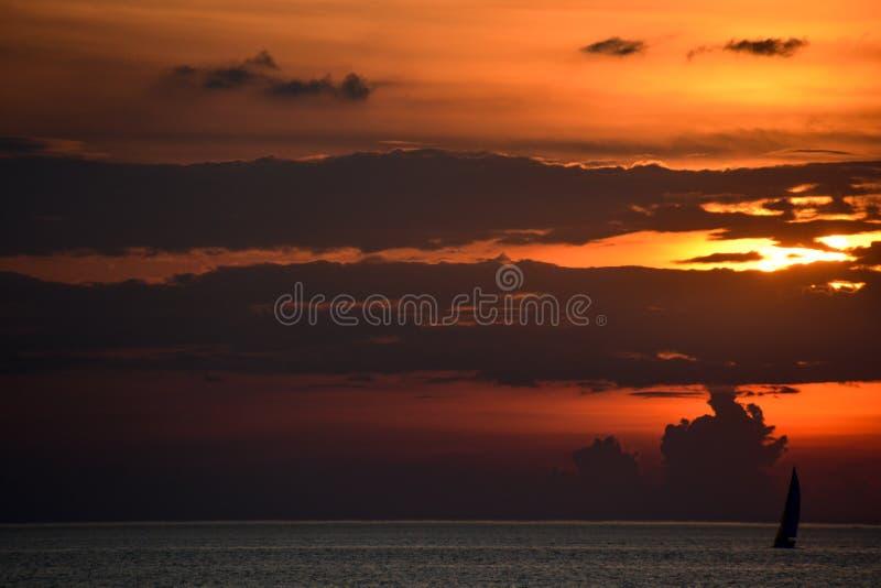 Kontur av den ensamma segelbåten på Lake Erie på solnedgången royaltyfria bilder