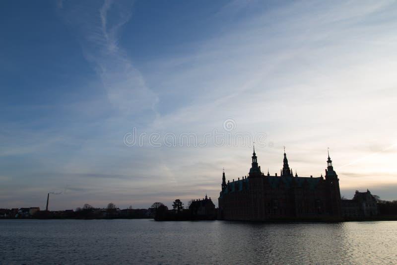 Kontur av den Frederiksborg slotten, Danmark royaltyfria foton