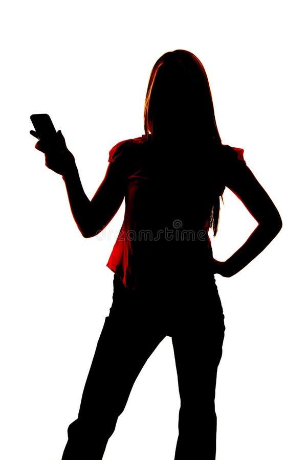 Kontur av den hållande ut mobiltelefonen för kvinna. fotografering för bildbyråer