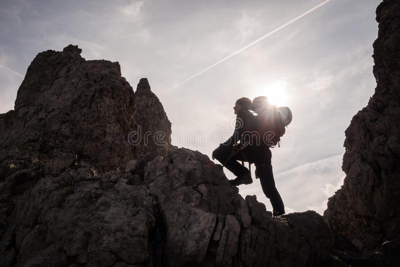 Kontur av den kvinnaklättraren och bergsbestigaren royaltyfri foto