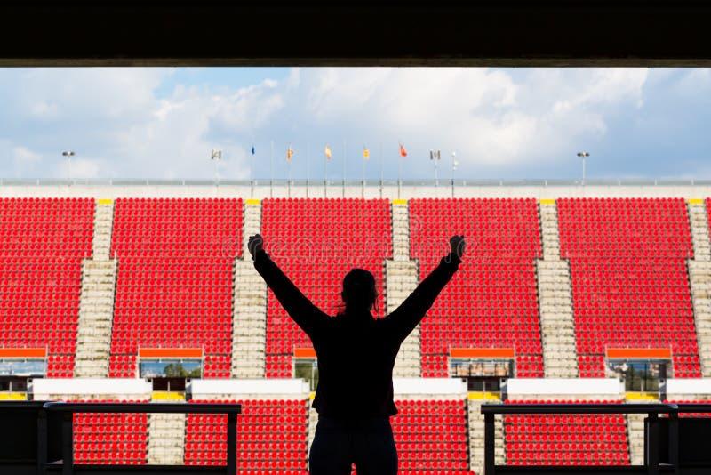 Kontur av den kvinnliga fotbollsfan bakifrån royaltyfria bilder