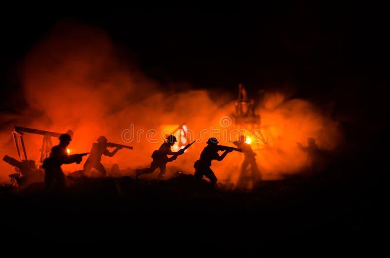 Kontur av den militära soldaten eller tjänstemannen med vapen skott hållande vapen, färgrik himmel, bakgrund Olje- krig- och mili royaltyfri fotografi