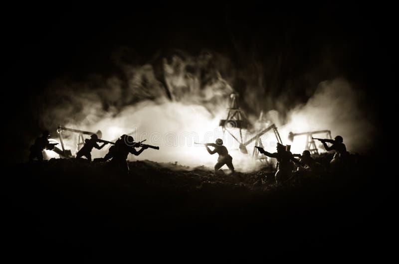 Kontur av den militära soldaten eller tjänstemannen med vapen skott hållande vapen, färgrik himmel, bakgrund Olje- krig- och mili arkivbilder