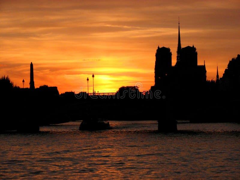 Kontur av den Notre-Dame domkyrkan i Paris på den härliga solnedgången för sommarskymning royaltyfria foton