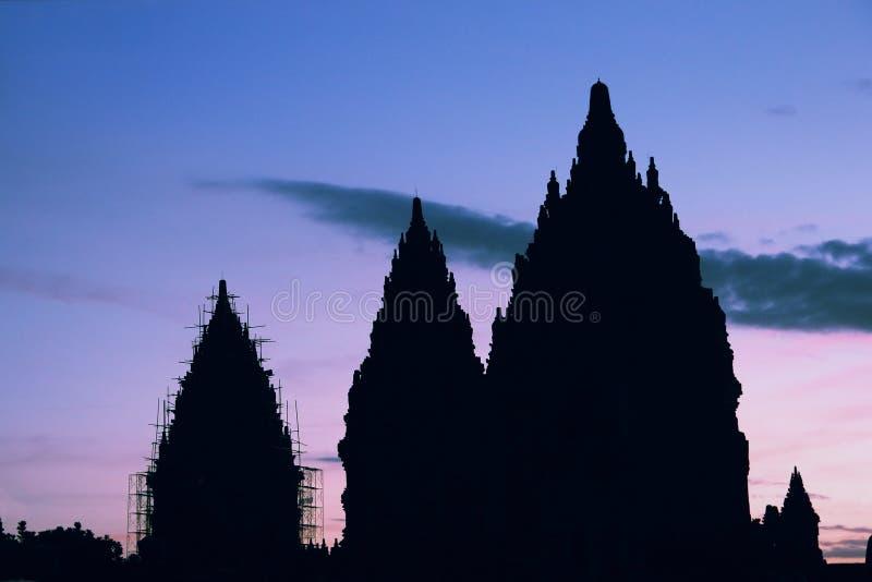 Kontur av den Prambanan templet på solnedgång royaltyfri bild