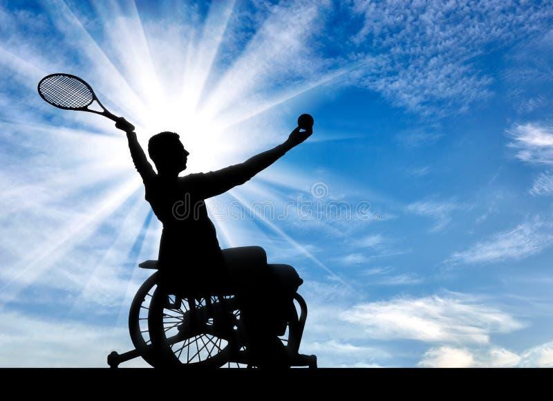 Kontur av den rörelsehindrade personen i en rullstol som spelar tennis royaltyfri fotografi
