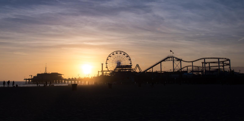 Kontur av den Santa Monica Pier solnedgången, Los Angeles royaltyfria bilder