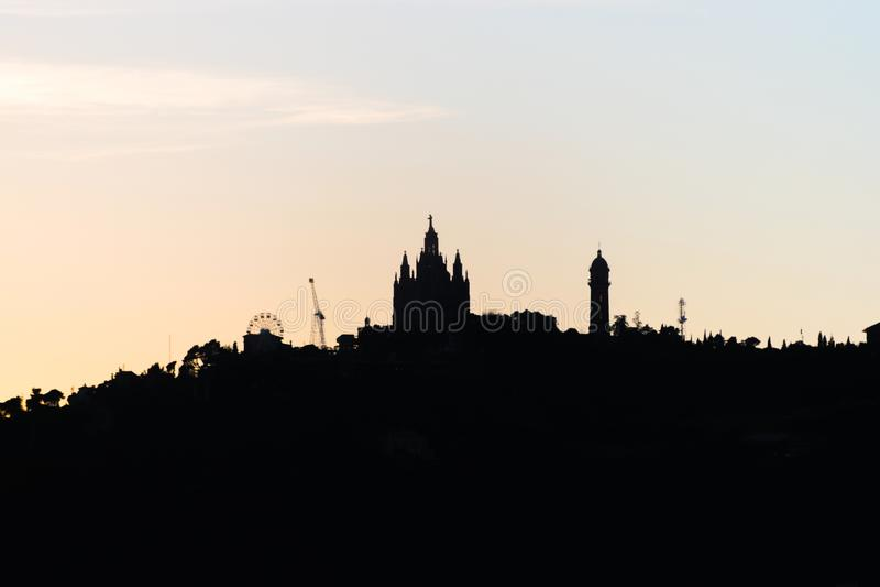 Kontur av den Tibidabo kullen på solnedgången i den Barcelona staden spain royaltyfria foton