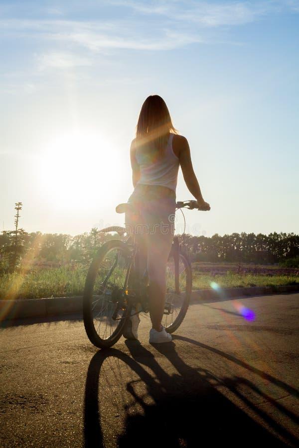 Kontur av den unga kvinnan för cykel arkivbilder