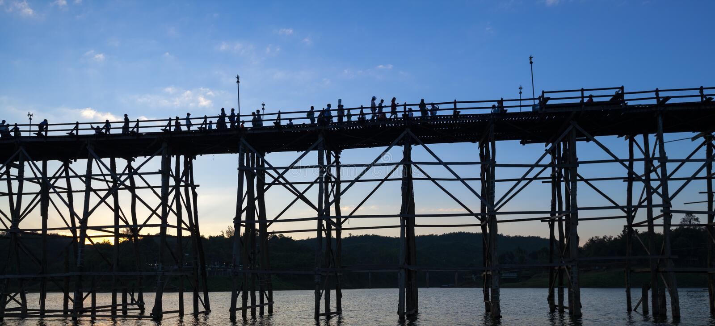 Kontur av den Utamanusorn bromåndag bron som göras från trä arkivfoton
