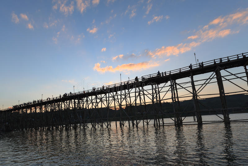 Kontur av den Utamanusorn bromåndag bron som göras från trä arkivbilder