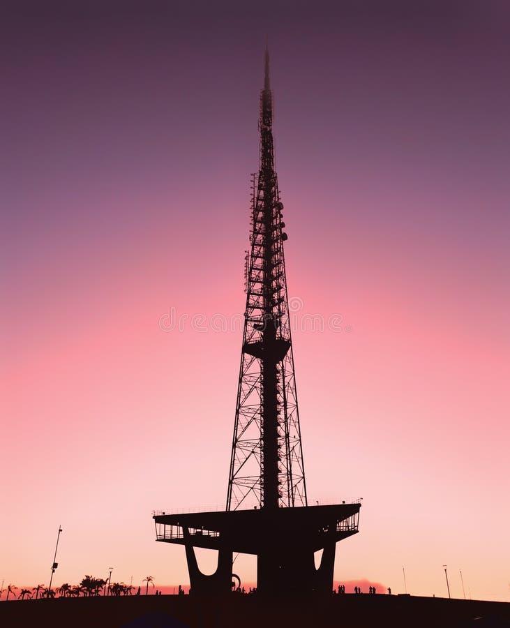 Kontur av det Brasilia tvtornet på solnedgången royaltyfri bild