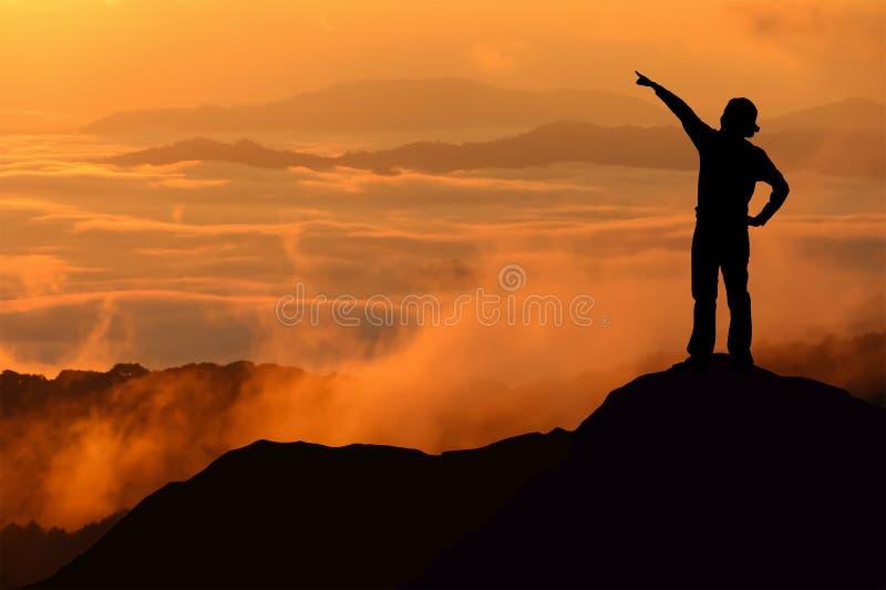 Kontur av det turist- anseendet och att peka för kvinna på berget arkivbilder