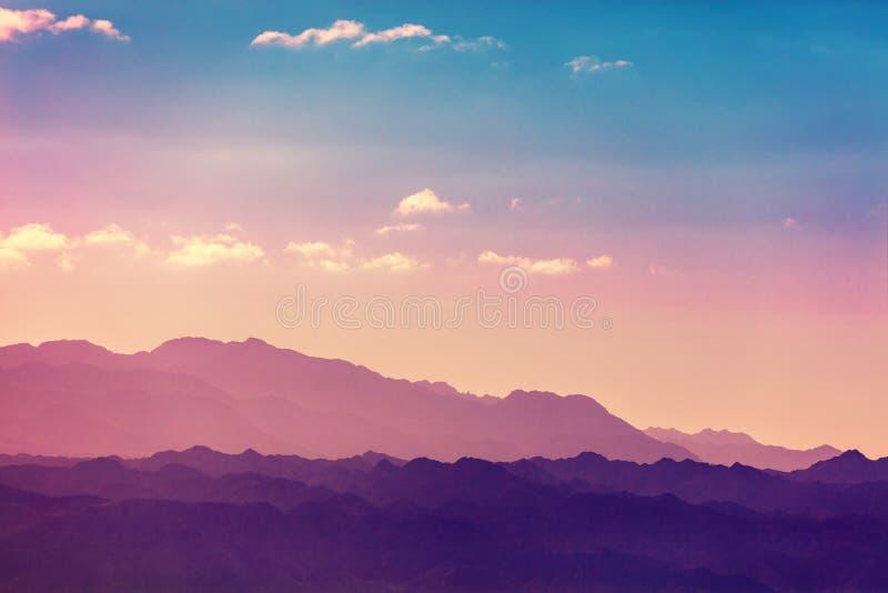 Kontur av en bergskedja mot himmel royaltyfria foton