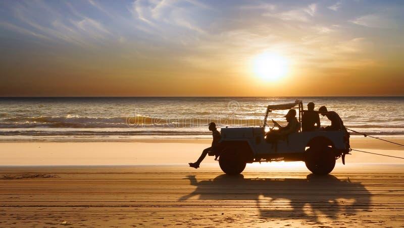 Kontur av en bil under solnedgång. royaltyfria foton