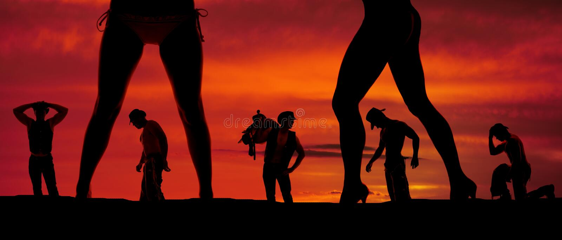 Kontur av en grupp av cowboyer och två kvinnors ben fotografering för bildbyråer