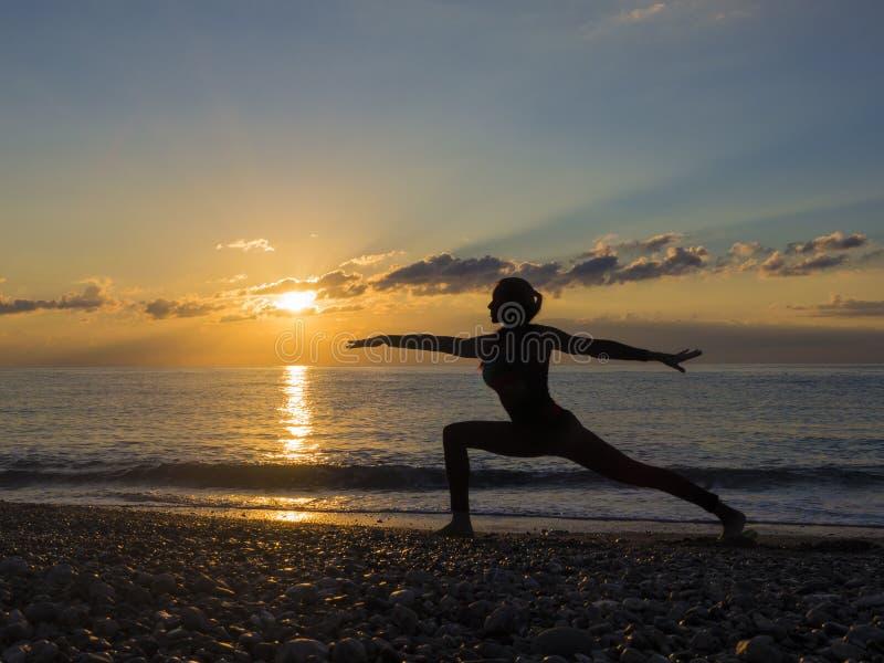 Kontur av en härlig yogakvinna i morgonen arkivfoto