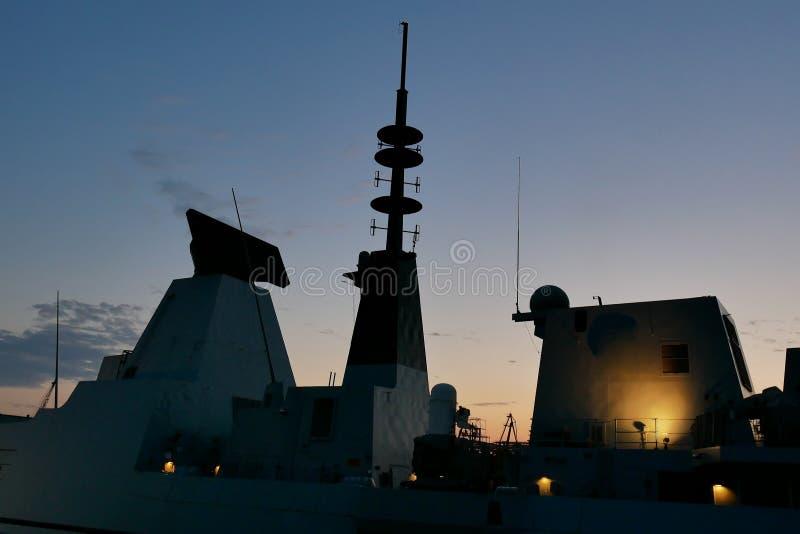 Kontur av en krigsskepp på solnedgången arkivbild