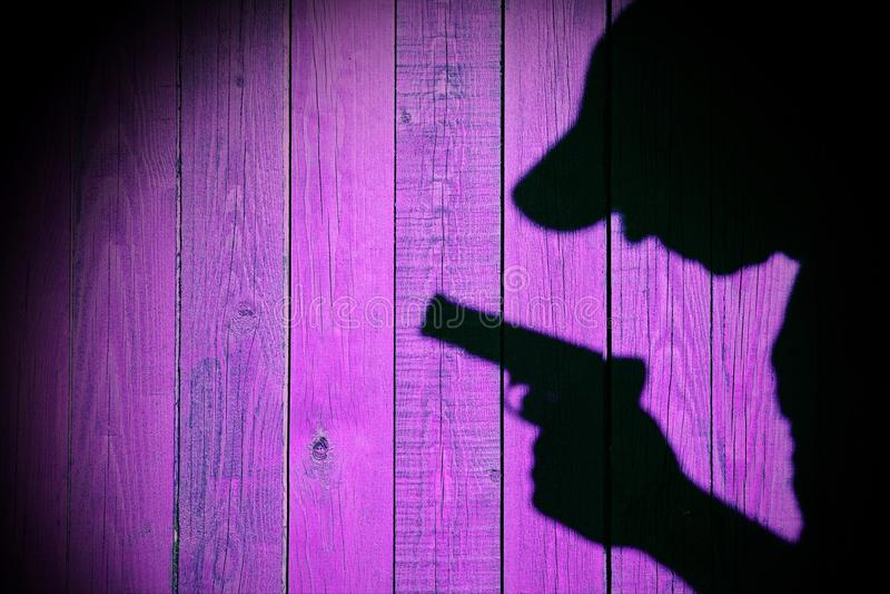 Kontur av en man med en handeldvapen, XXXL-bild royaltyfri foto
