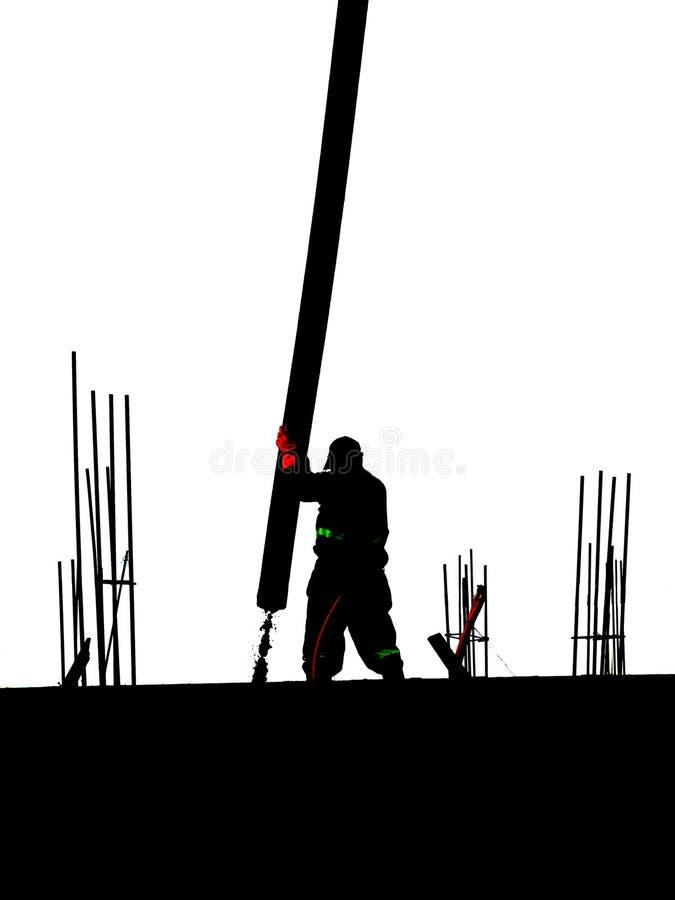 Kontur av en man på taket med den konkreta pumpen royaltyfria foton